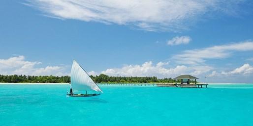 ab 1416 € -- Malediven: 2 Wochen mit HP an blauer Lagune