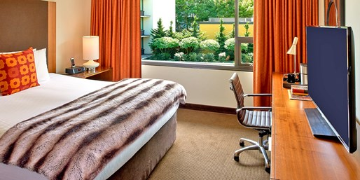 $208 -- Portland: Top-Rated Hotel w/Parking & Upgrade
