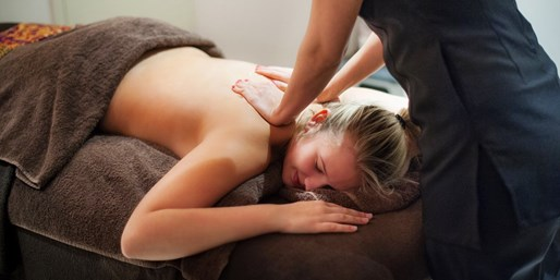 £139 -- Mayfair Spa Package w/Treatments & Champagne for 2