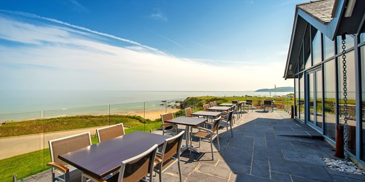 £35 -- Anglesey: Seafront Lunch & Wine for 2, up to 50% Off