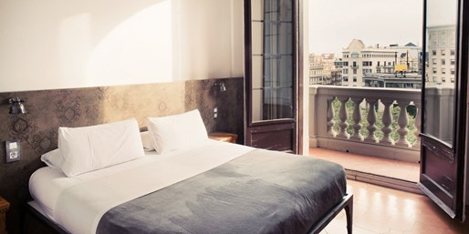 £45 & up -- Central Barcelona Stay w/Wine, Save 59%