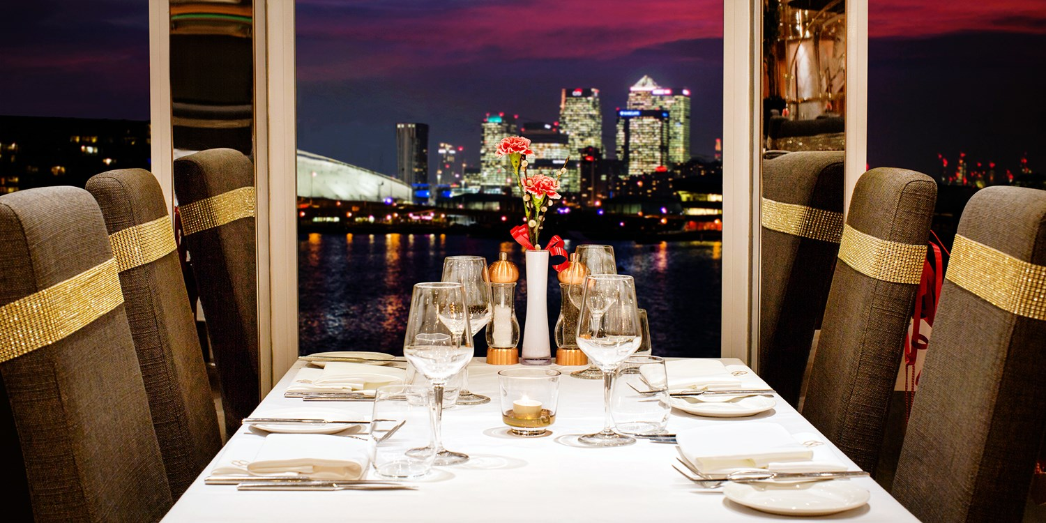 £19 -- Luxury London yacht: 2-course meal & cocktail