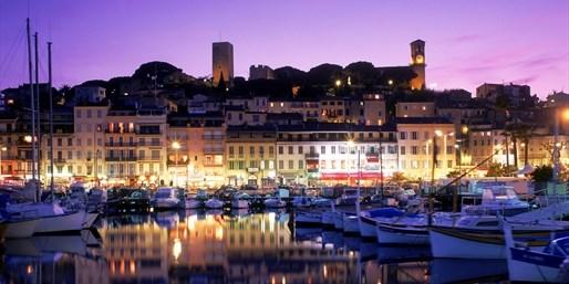 Cannes' romantischer Hafen lädt zu einem Abendspaziergang ein.