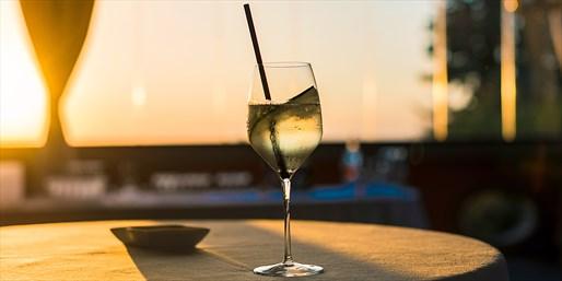 露台小酌 欢乐时光 邀上朋友到唯美地中海餐厅 静安香格里拉 Calypso 赏月去!