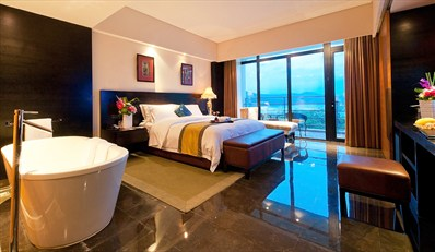 酒店位于天目湖风景区的一个私密半岛上