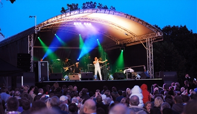 £25 -- Lingfield Park: Live Music, Racing & Drinks for 2