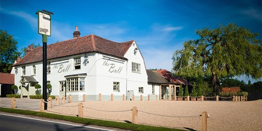 £39 -- 2-AA-Rosette 3-Course Meal & Bubbly for 2, Save 52%