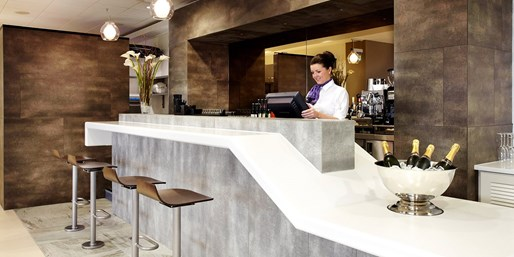 £22.50 & up -- Airport Lounges w/Buffet, Champagne & Drinks